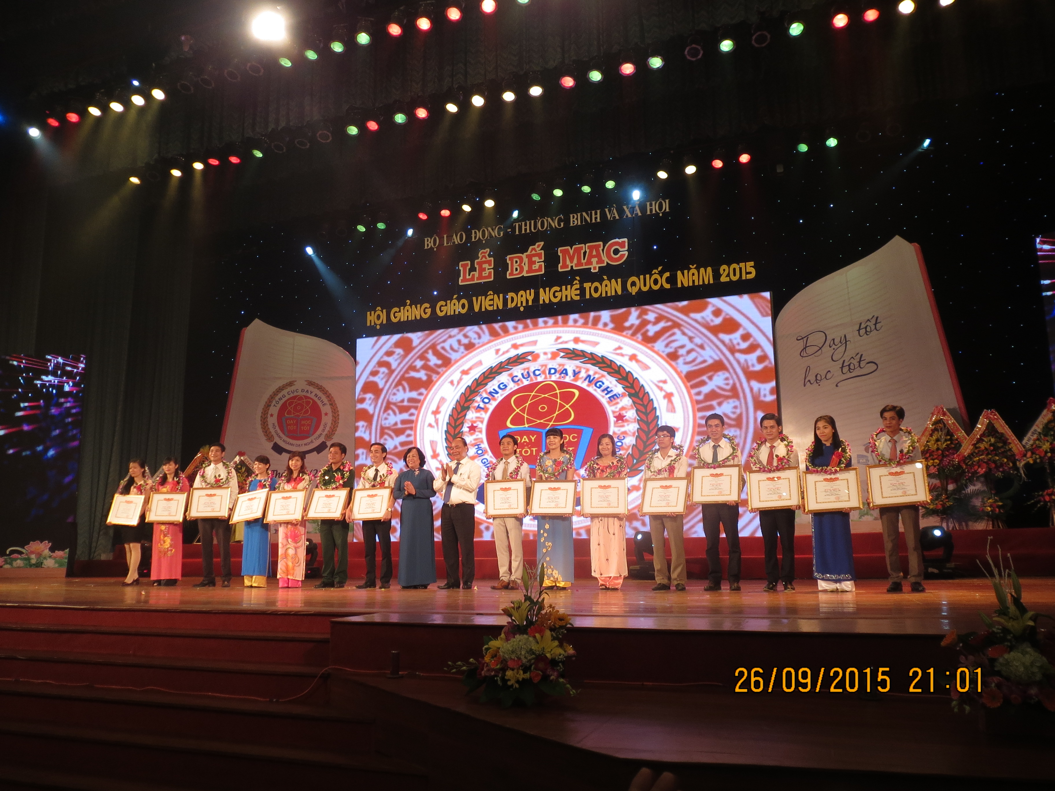 Member of Political Bureau, Deputy Prime Minister Nguyen Xuan Phuc and Minister of Labour – Invalids & Social Affairs Nguyen Thi Hai Chuyen award certificate of honor to first prize winners