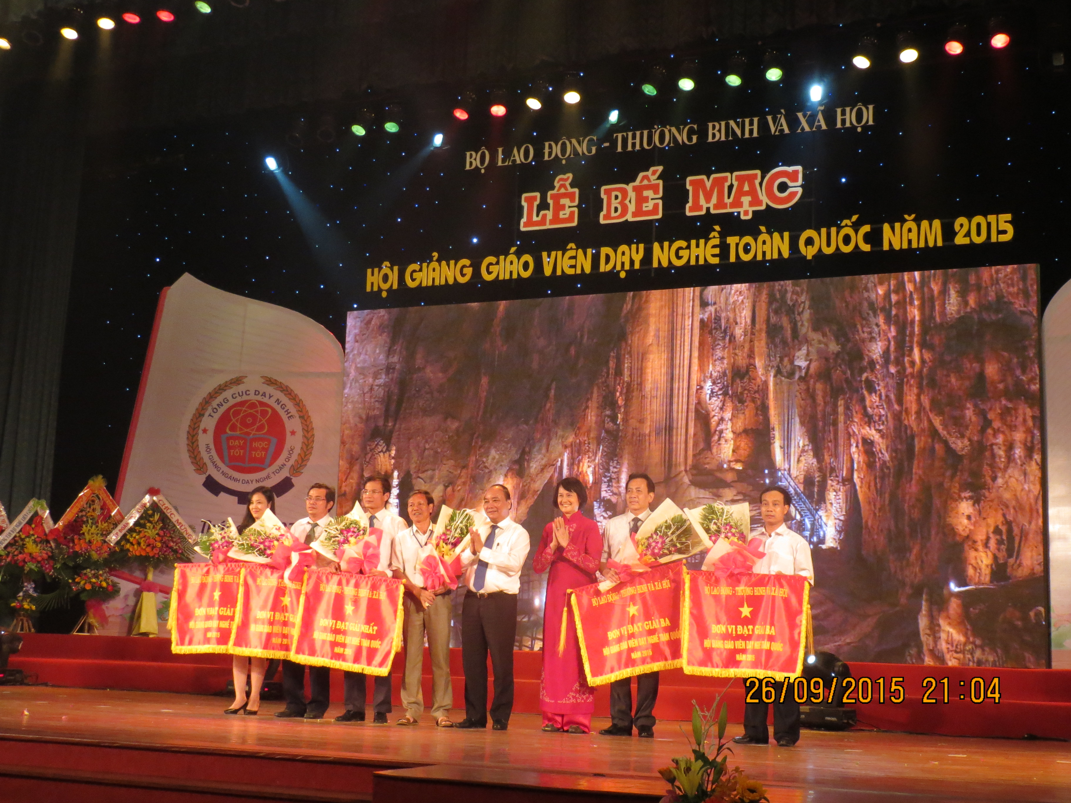 Member of Political Bureau, Deputy Prime Minister Nguyen Xuan Phuc and former Minister of Labour – Invalids & Social Affairs Nguyen Thi Hang present flag to first, second, third winning groups in Teachers' competition