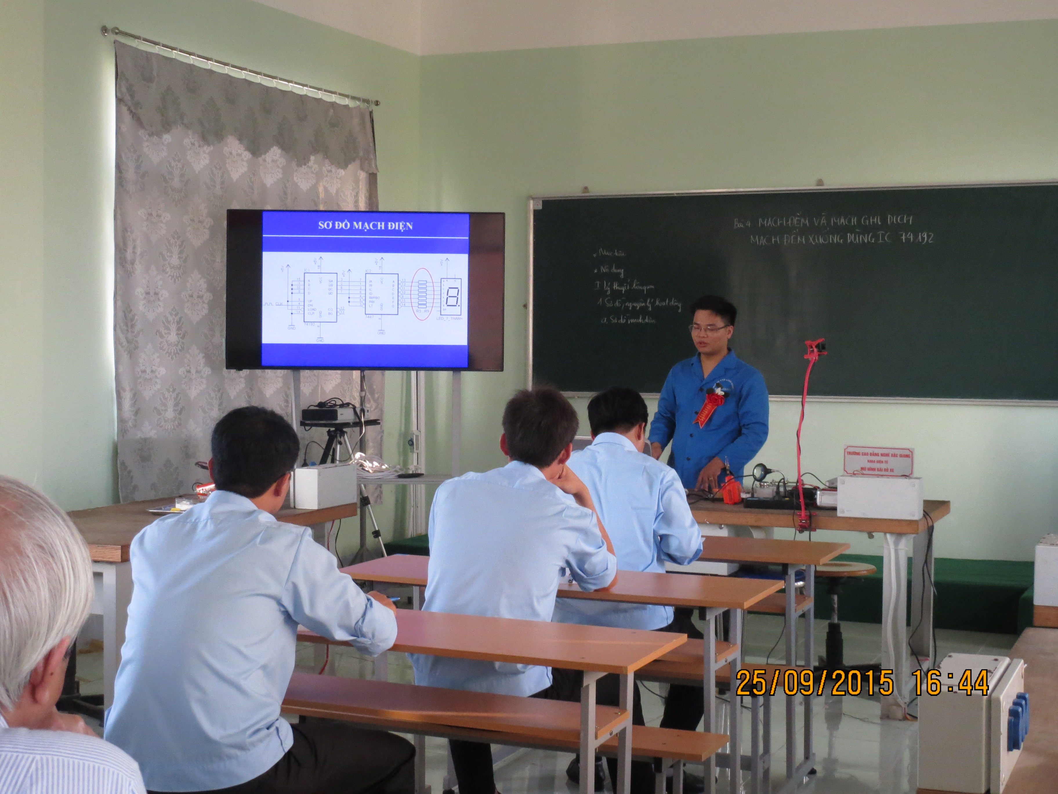 Sub-committee of Electronics gives comments on the last lecture of Teachers'competition