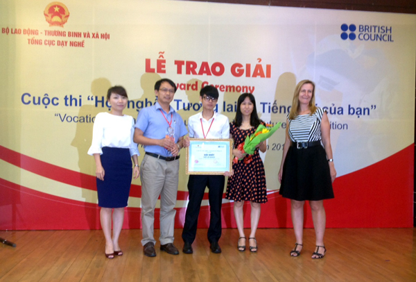 Organizing Committee presents first prize in website category to Hanoi Vocational College of High Technology