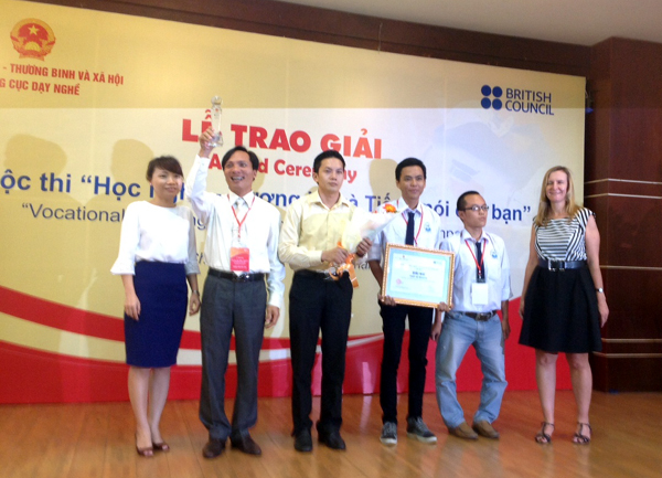 Organizing Committee presents the second prize in website category to Ho Chi Minh Vocational College of Technology