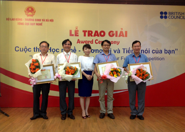Ms. Mai Thuy Nga, Deputy Director General of General Directorate of Vocational Training presents Certificate of Merit to the first, second, third winning schools