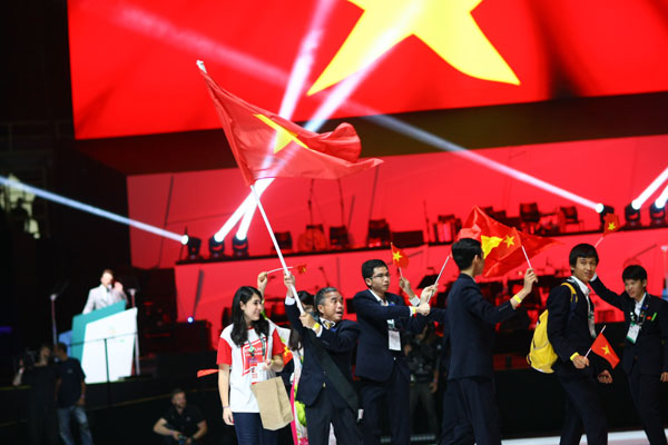 Vietnamese contestants raise Vietnam flag during opening ceremony