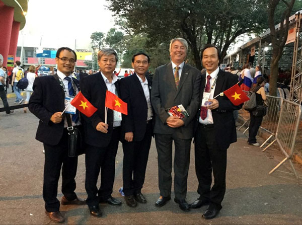 Leaders of Vietnam's delegation take photographs with new president of WorldSkill before opening ceremony