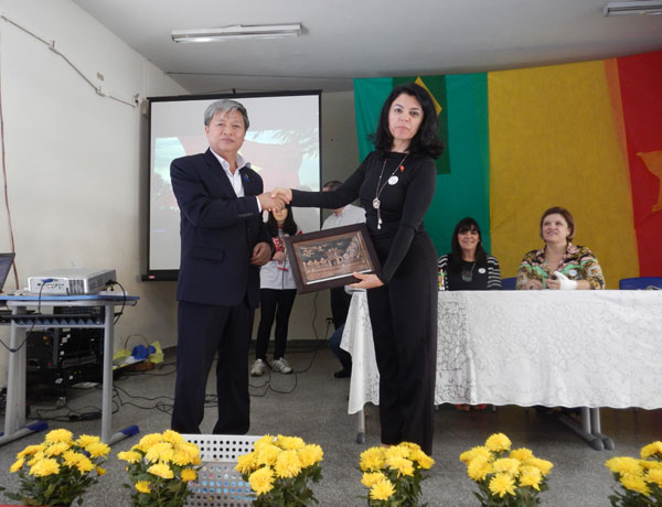 "Deputy Head of Vietnam delegation presents gift to representative School participating in the program ""One country, one school"""